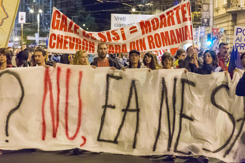 Protestations contre l'extraction d'or de cyanure chez Rosia Montana image stock