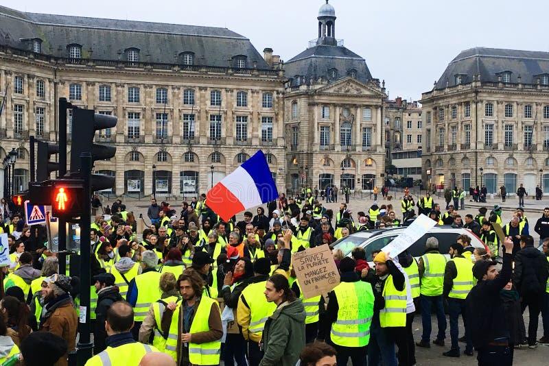Protestations jaunes de gilet contre des impôts d'augmentation sur l'essence et le gouvernement présenté diesel de la France photo libre de droits