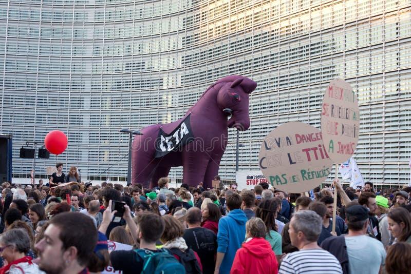 Proteste contra los acuerdos comerciales TTIP y CETA en Bruselas el 20 de septiembre de 2016 en Bruselas fotos de archivo
