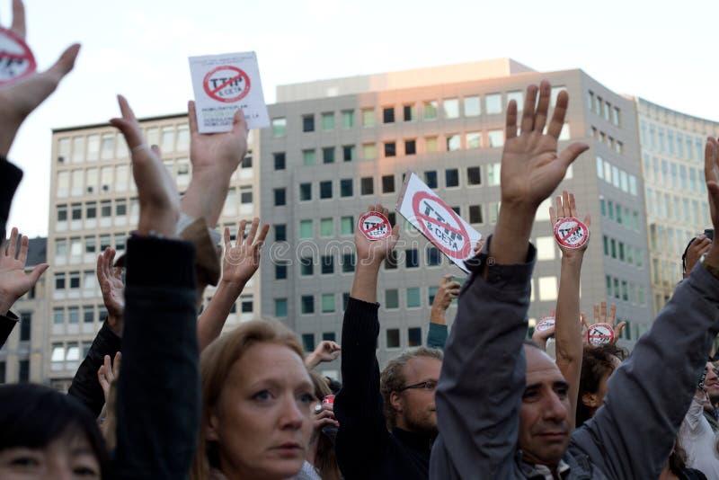 Proteste contra los acuerdos comerciales TTIP y CETA en Bruselas el 20 de septiembre de 2016 en Bruselas fotografía de archivo