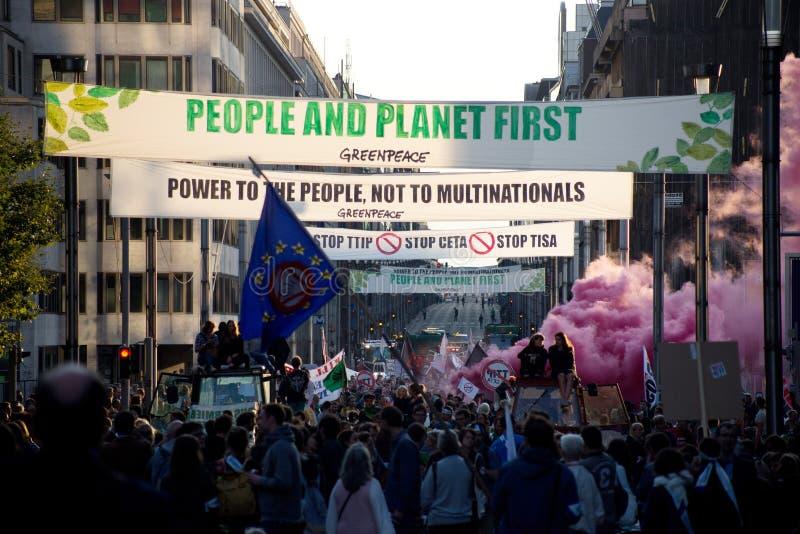 Proteste contra os acordos de comércio TTIP e CETA em Bruxelas o 20 de setembro de 2016 em Bruxelas fotografia de stock
