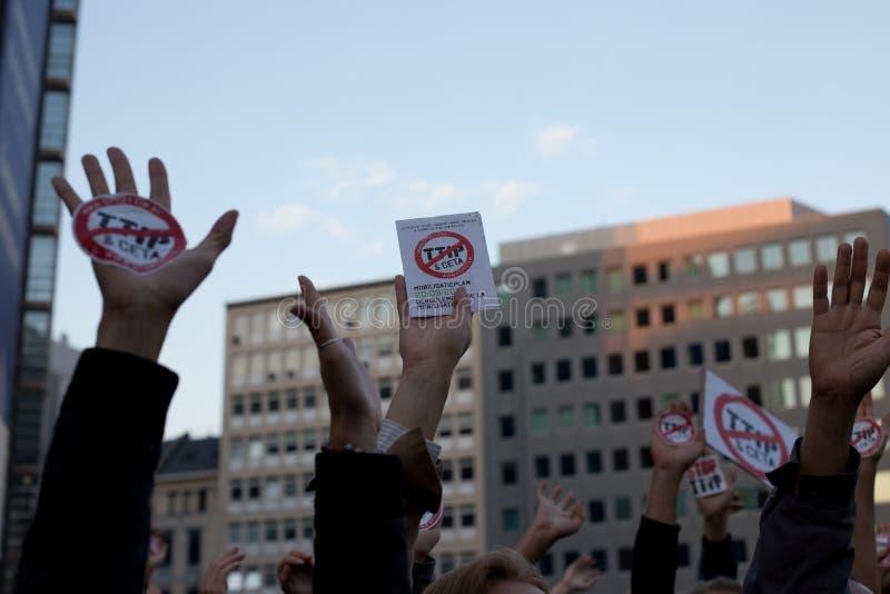 Proteste contra os acordos de comércio TTIP e CETA em Bruxelas o 20 de setembro de 2016 em Bruxelas imagens de stock royalty free