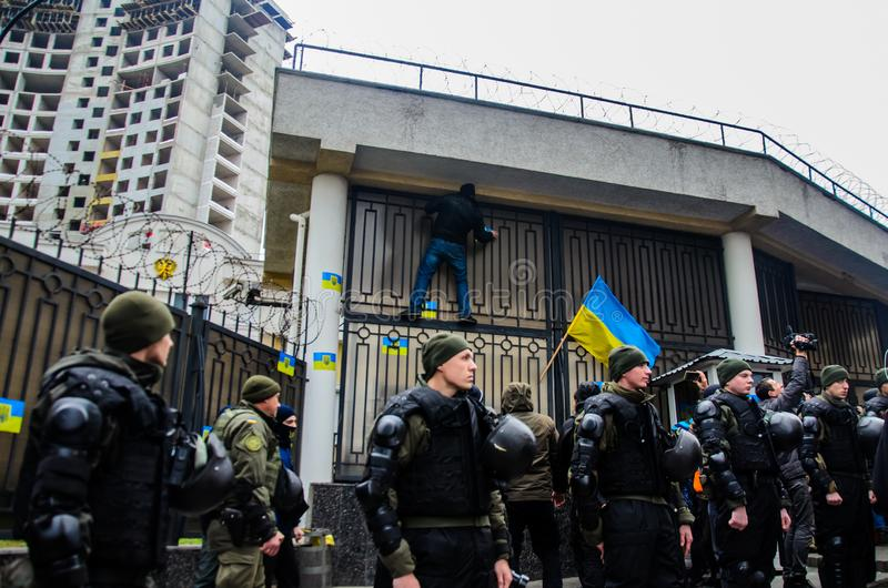 Proteste dei patrioti ucraini vicino al consolato generale di Federazione Russa a Odessa contro aggressione della Russia immagini stock libere da diritti