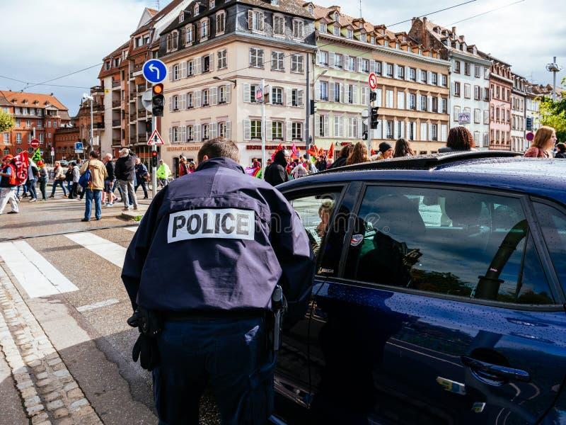 Proteste in Frankreich gegen Macron verbessert die Polizei, die Autos kontrolliert stockbilder
