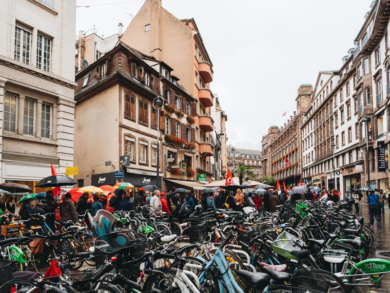 Proteste in Frankreich gegen Macron verbessert Fahrradparken lizenzfreie stockfotos