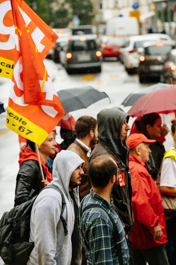 Proteste in Frankreich gegen Macron verbessert Flaggenregen stockbild
