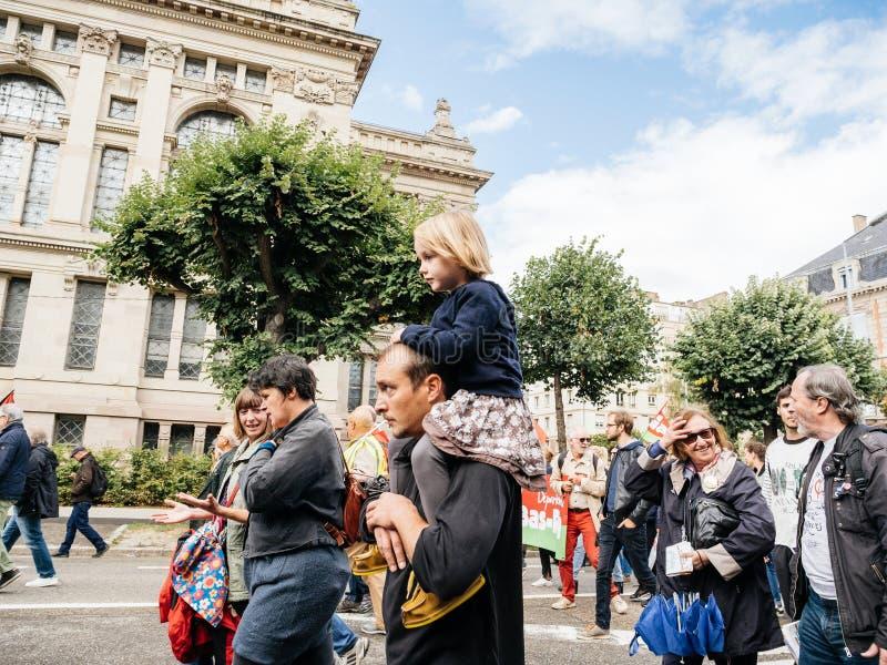 Proteste in Frankreich gegen Macron verbessert Vater und Tochter lizenzfreies stockbild