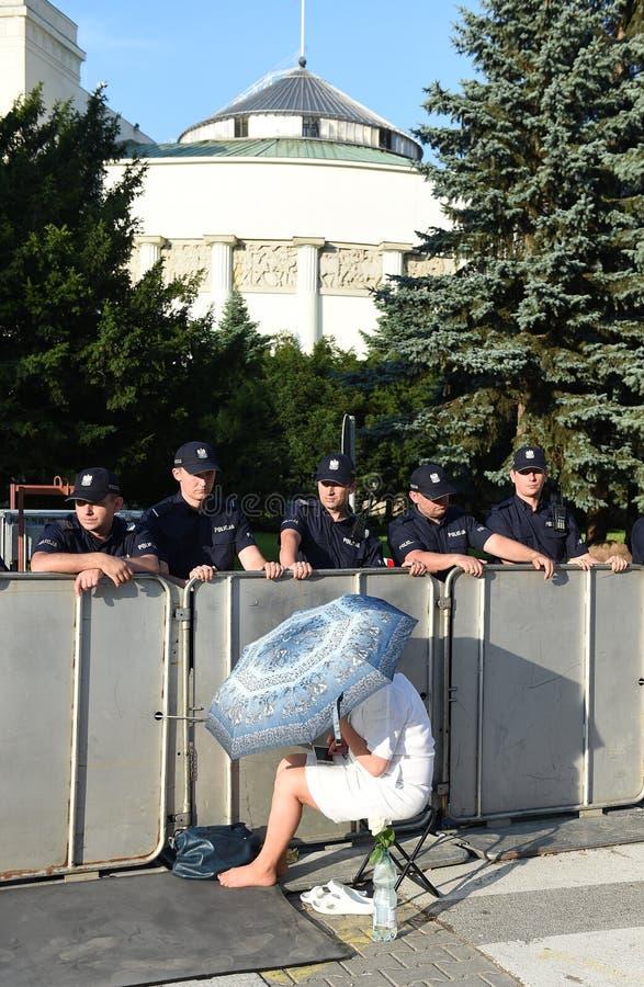 Download Proteste Gegen Regierung In Polen Redaktionelles Stockfotografie - Bild von sieg, änderungen: 96935982