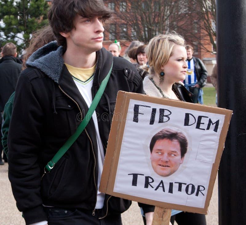 Proteste na conferência BRITÂNICA de LibDem; cortes condenados