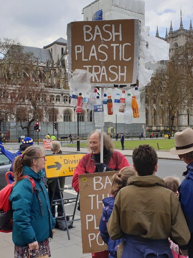 Protesteerder die over plastic afval tijdens de brexitcrisis een campagne voeren royalty-vrije stock foto's