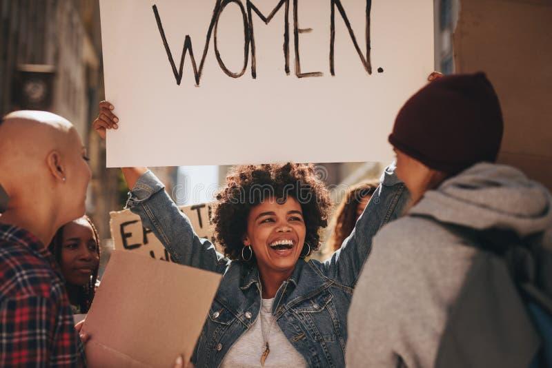 Protesteerders bij vrouwen ` s maart stock foto's
