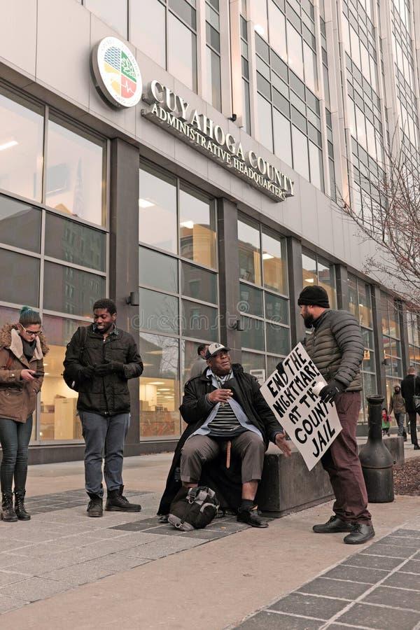 Protesteerders buiten het Cuyahoga-het Beleidshoofdkwartier van de Provincie in Cleveland, Ohio, de V.S. royalty-vrije stock afbeeldingen