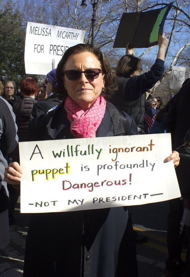 Protesteerders buiten Troeftoren op Voorzitters` s Dag stock afbeelding