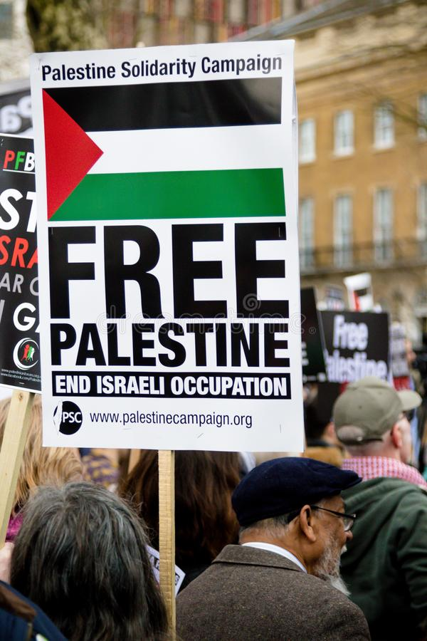 Protesteerders in centraal Londen buiten Downing Street royalty-vrije stock foto's