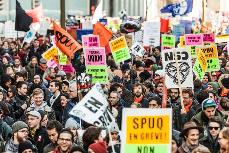 Protesteerders die al soort Tekens, Vlaggen en Aanplakbiljetten in de Straten houden stock afbeeldingen
