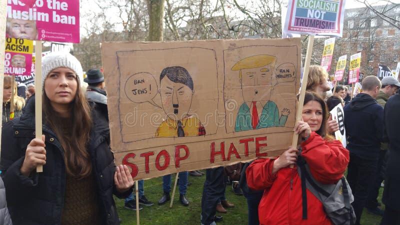 Protesteerders die in de Moslim het Verbodsdemonstratie van Nr marcheren in Londen stock foto
