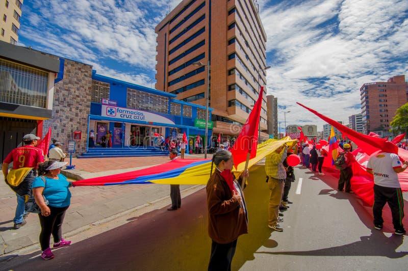 Protesteerders die reuzevlag houden marcherend met stock fotografie