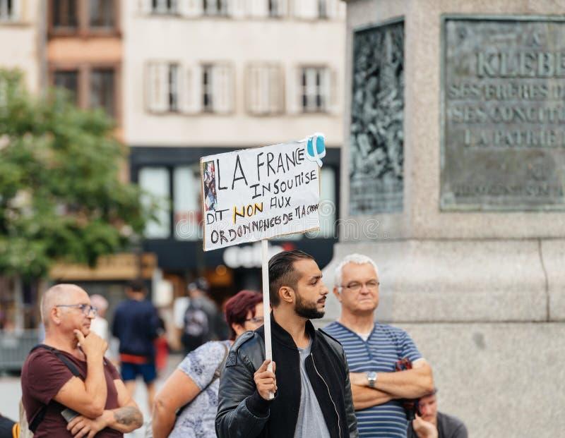 Protesteerders met aanplakbiljetten tegen de slavenarbeid van Macron Loi royalty-vrije stock foto's