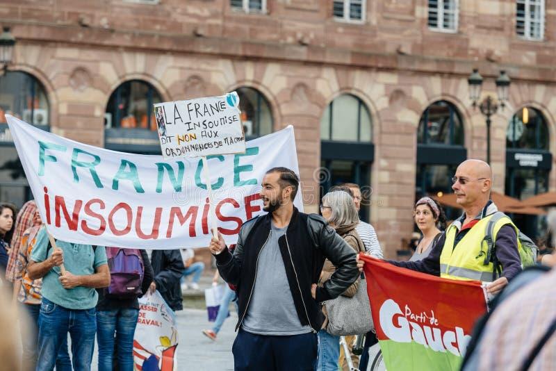 Protesteerders met aanplakbiljetten tegen de slavenarbeid van Macron Loi royalty-vrije stock afbeeldingen