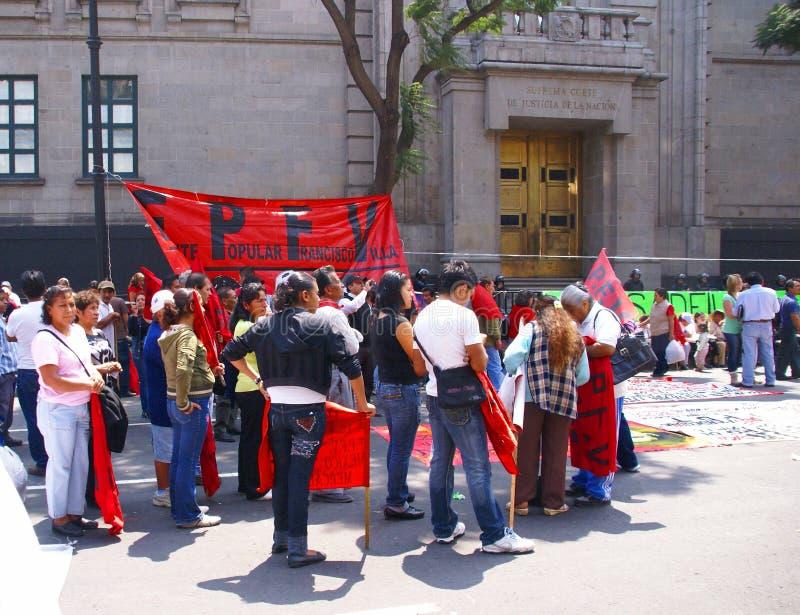 Protesteerders met rode vlaggen stock afbeelding