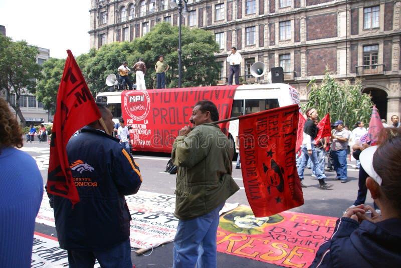 Protesteerders met rode vlaggen royalty-vrije stock afbeeldingen