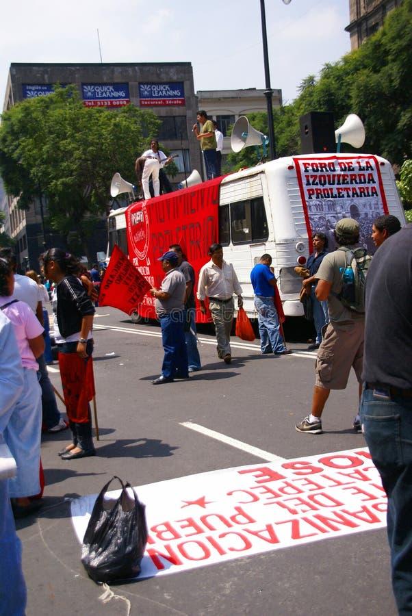 Protesteerders met rode vlaggen stock afbeeldingen