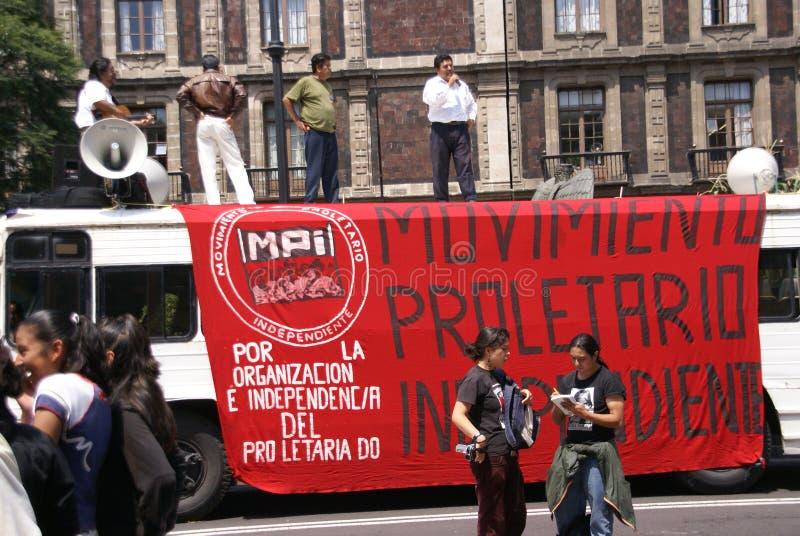 Protesteerders met rode vlaggen bij demonstratie stock foto's