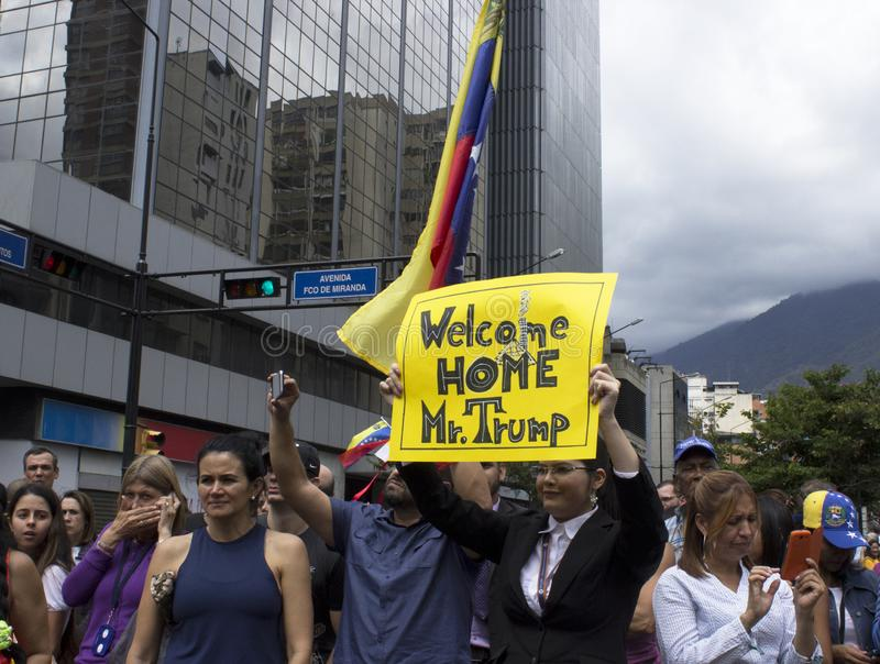 Protesteerders tegen Nicolas Maduro-dictatuur maart tot steun van Guaido royalty-vrije stock foto