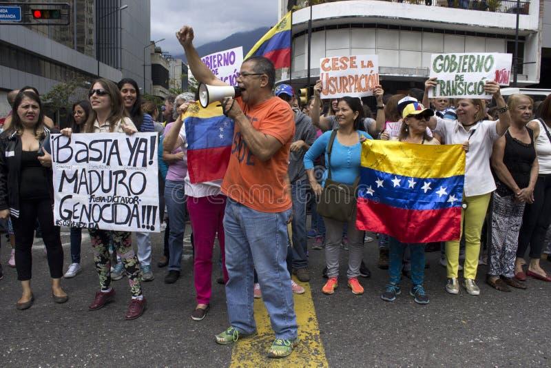 Protesteerders tegen Nicolas Maduro-dictatuur maart tot steun van Guaido stock foto's
