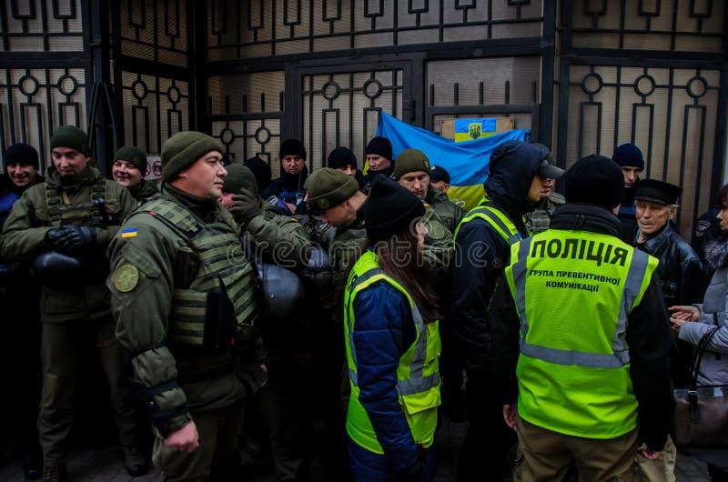 Protesten van Oekraïense patriotten dichtbij Algemeen Consulaat van Russische Federatie in Odessa tegen agressie van Rusland stock foto