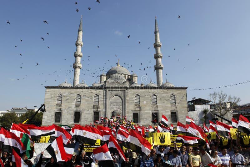 Protestera för Egypten militärt nedslag i Istanbul, T arkivbild