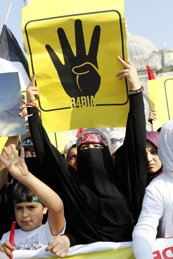 Protestera för Egypten militärt nedslag i Istanbul, T royaltyfri bild