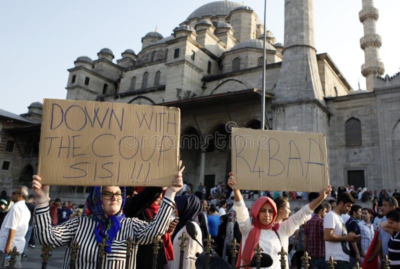 Protestera för Egypten militärt nedslag i Istanbul, T royaltyfria bilder