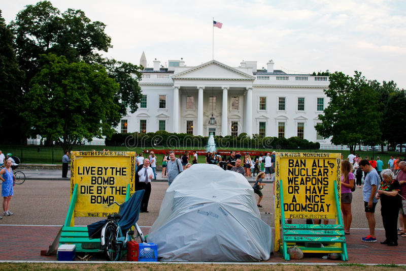 Protestera framme av Vita huset. royaltyfria bilder