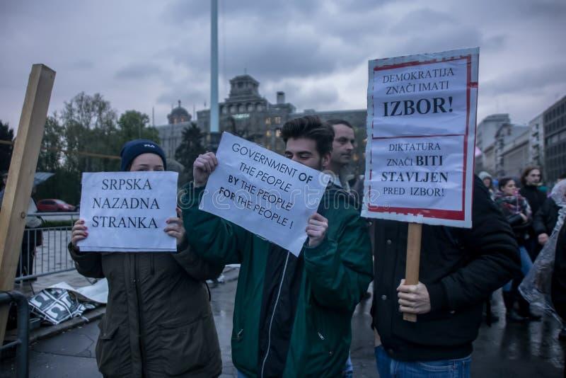 Protestera mot val av första Aleksandar Vucic som presidenten, Belgrade royaltyfria foton