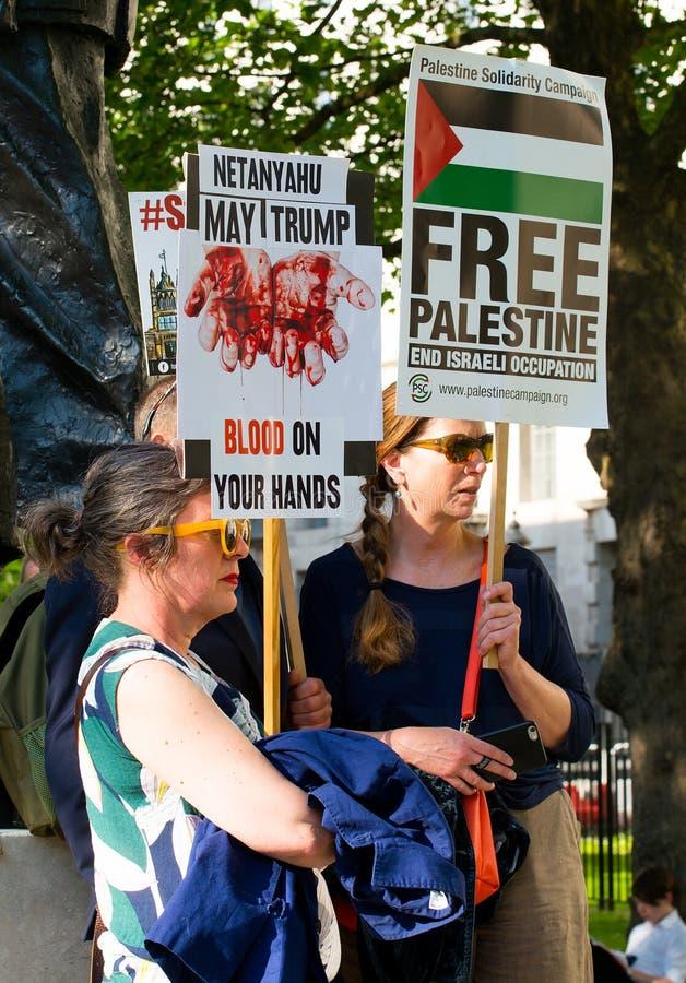 Protestes с графическими плакатами на Газа: Остановите ралли бойни в Уайтхолле, Лондоне, Великобритании стоковое изображение rf