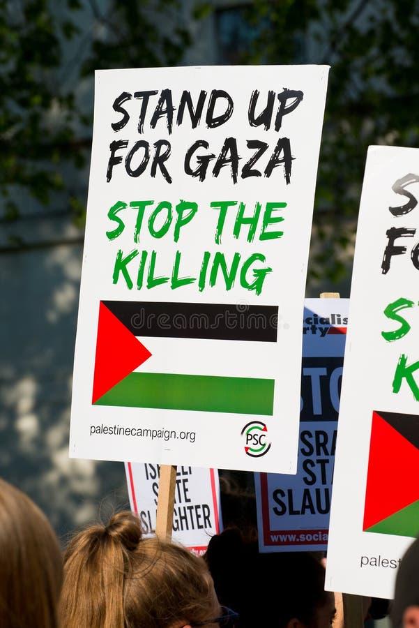 Protestes с плакатами на Газа: Остановите ралли бойни в Уайтхолле, Лондоне, Великобритании стоковое фото