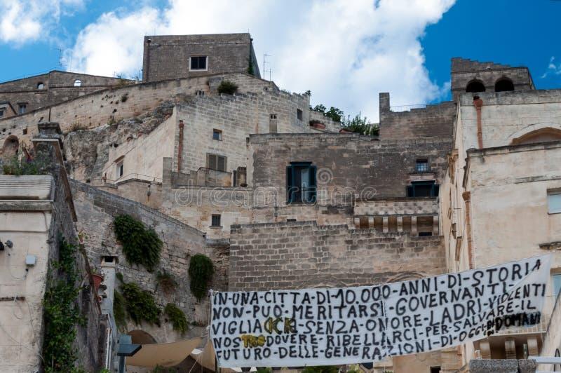Protestez la bannière contre le gouvernement dans la ville antique de Matera photo libre de droits
