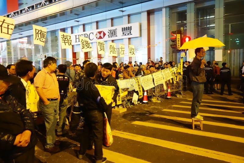 Protestierender hält einen gelben Regenschirm, um in Mongkok, Hong K zu protestieren stockfotos