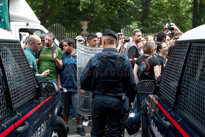 Protestierender und Polizei lizenzfreie stockfotos