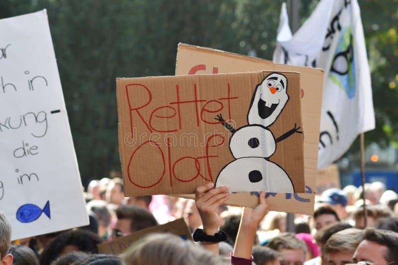 Protesto com boneco de neve dizendo 'Olaf seguro' retido pelos jovens durante a Greve Global do Clima/Sexta-feira para o futuro fotos de stock