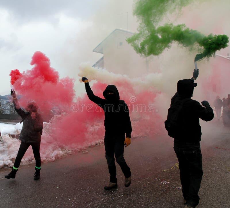 Protesto com os protestadores que vestem luvas pretas imagem de stock