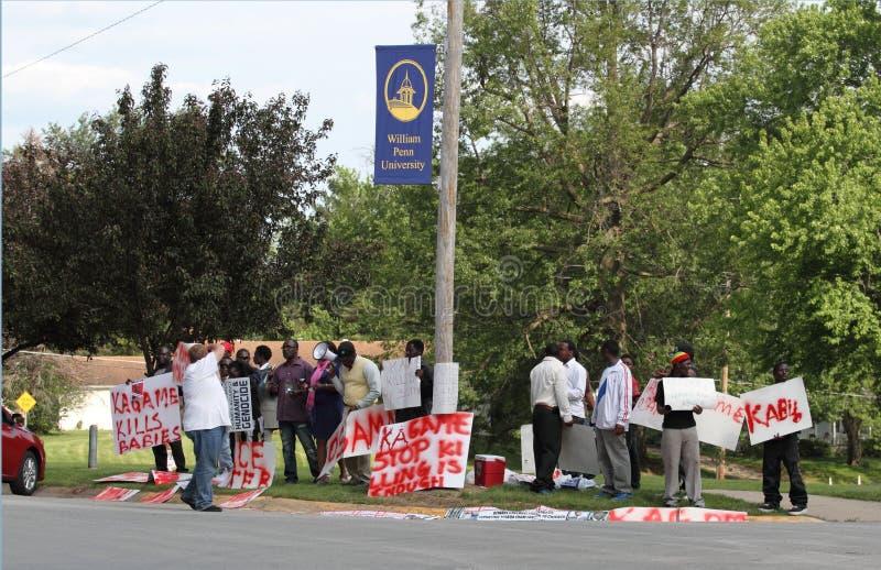 Protesto de encontro ao presidente ruandês Kagame foto de stock royalty free