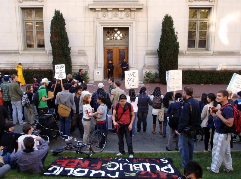Protesto dos estudantes de Uc Berkeley em torno da polícia do terreno imagens de stock
