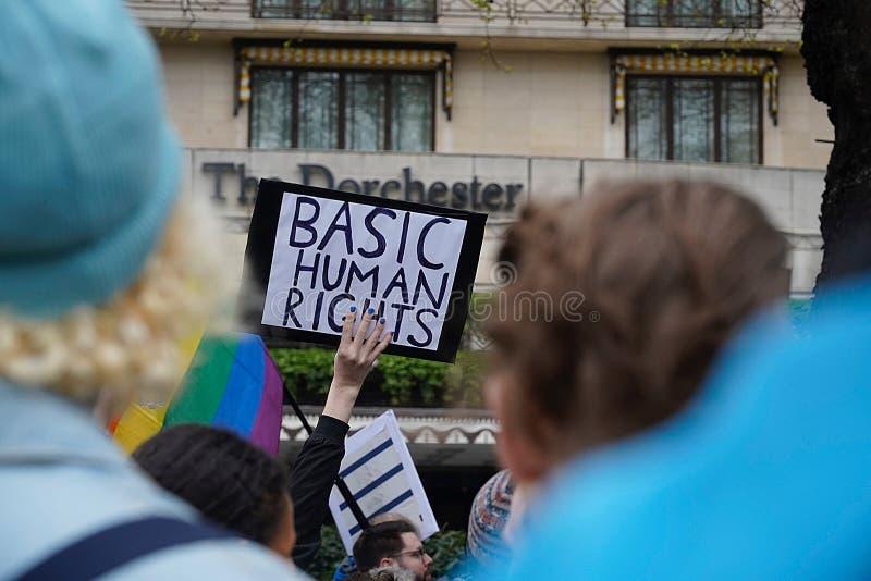 Protesto fora Dorchester hotel Londres do 6 de abril de 2019 imagem de stock