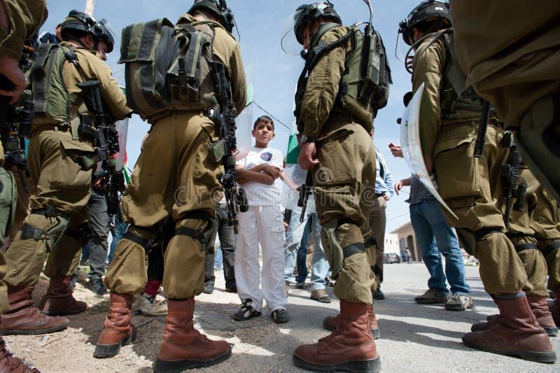 Protesto palestino e soldados israelitas imagem de stock