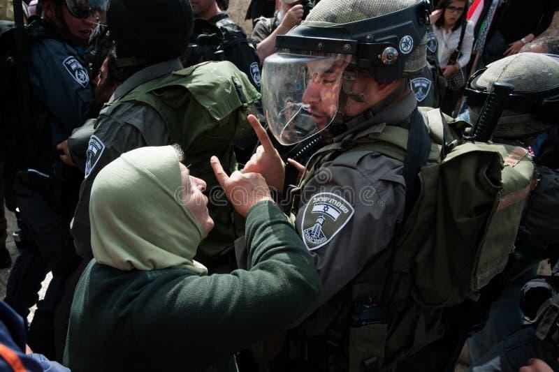 Protesto palestino e soldados israelitas imagem de stock royalty free