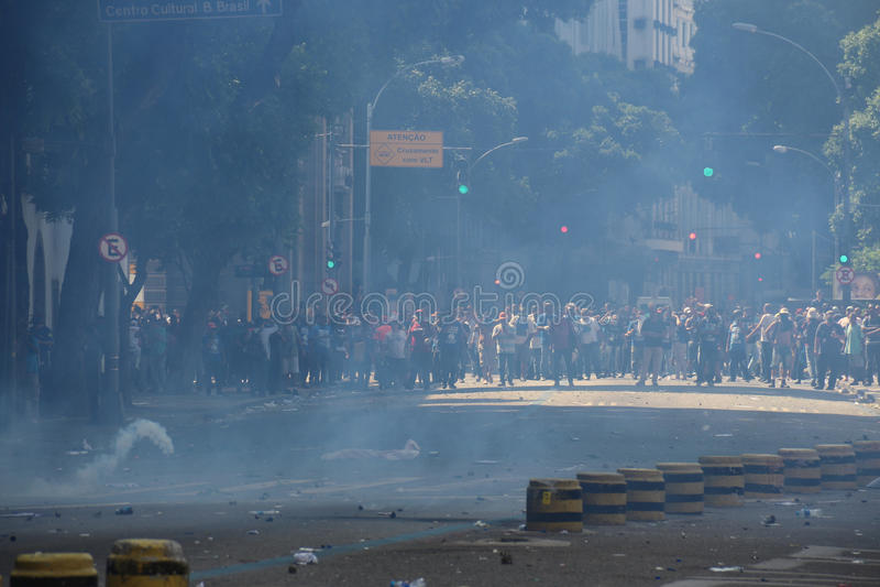 Protesto violento contra o governo no Rio do centro fotografia de stock royalty free