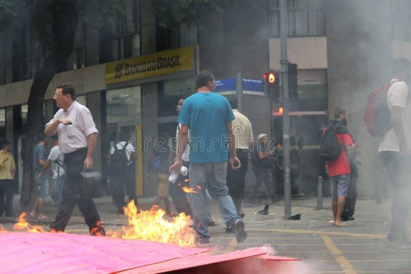 Protesto violento contra o governo no Rio do centro imagens de stock