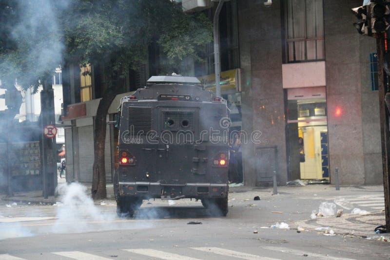 Protesto violento contra o governo no Rio do centro fotos de stock royalty free